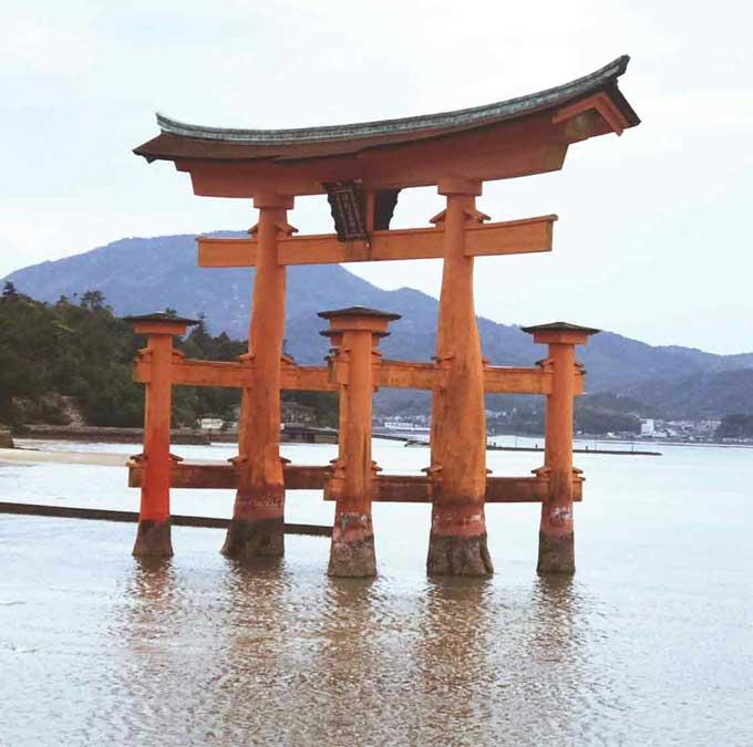 厳島神社の大鳥居。