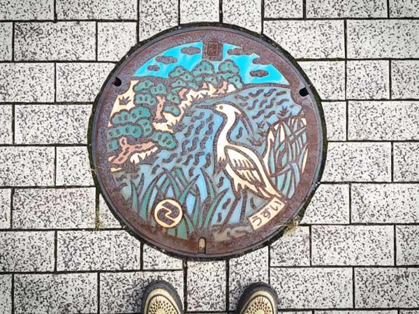 狛江市のマンホールカードに乗っているマンホールの実物はこれです!年季が入ってますね。