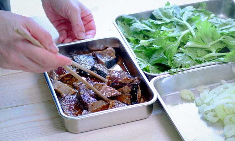 鰹のタタキとセロリのサラダ鰹を5分漬けましょう